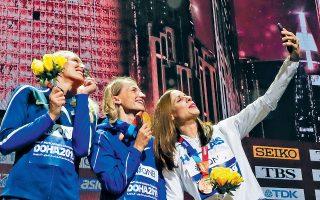Τριάντα έξι χρόνια μετά το πρώτο μετάλλιο της Ελλάδας σε Παγκόσμιο Πρωτάθλημα με την Αννα Βερούλη στον ακοντισμό, η Κατερίνα Στεφανίδη χάρισε το 22ο μετάλλιο (χάλκινο και αυτό) στη χώρα μας, στο επί κοντώ, με άλμα στα 4,85 μ. Στη ζεστή και υγρή Ντόχα, την πρώτη θέση στο αγώνισμα κατέκτησε η Ανζέλικα Σιντόροβα (Ρωσίδα ανεξάρτητη) με 4,95 και τη 2η η Αμερικανίδα Σάντι Μόρις (αριστερά) με 4,90.