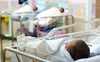 Τα τελευταία χρόνια στην Ελλάδα ο μέσος όρος ολικής γονιμότητας, δηλαδή παιδιών ανά ζεύγος, είναι σταθερά στο 1,26, όταν για να διατηρηθεί αμετάβλητος ο πληθυσμός θα πρέπει να είναι πάνω από 2,1.