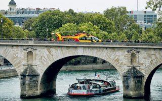 Νοσοκομειακό ελικόπτερο χθες το μεσημέρι στη γέφυρα Μαρί του Σηκουάνα. Τα δύο νησιά της γαλλικής πρωτεύουσας, Ιλ ντε λα Σιτέ και Ιλ Σεν Λουί, αποκλείσθηκαν προσωρινά χθες, μετά τη δολοφονική επίθεση υπαλλήλου της γαλλικής αστυνομίας εναντίον τεσσάρων συναδέλφων του στο αρχηγείο του σώματος. Τα κίνητρα του δράστη, ο οποίος έπεσε νεκρός, δεν είναι γνωστά.