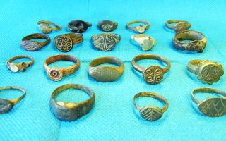 Μεταξύ των αντικειμένων που κατασχέθηκαν βρίσκονται 814 χάλκινα νομίσματα Αρχαίων, Ρωμαϊκών και Βυζαντινών χρόνων, καθώς και τμήματα δαχτυλιδιών.