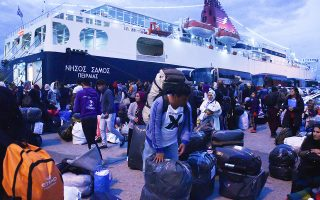 Μετανάστες προερχόμενοι από τον καταυλισμό της Μόριας αποβιβάζονται στο λιμάνι του Πειραιά.