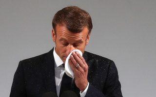Εμφανώς συγκινημένος στην τελετή ο Γάλλος πρόεδρος Μακρόν.