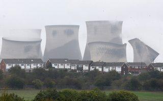 Σε μια στιγμή. Με μπόλικη σκόνη και αρκετό θόρυβο οι τεράστιοι πύργοι ψύξης του ηλεκτρικού σταθμού Ferrybridge εξαφανίστηκαν από τον ορίζοντα.  REUTERS/Ed Sykes