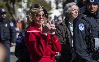 Τα 81 ανάποδα. Για άλλη μια φορά η ηθοποιός Jane Fonda  συλλαμβάνεται. Μισό αιώνα μετά από τις αντιπολεμικές διαδηλώσεις και την προσοχή που κατάφερε να στρέψει στον πόλεμο του Βιετνάμ, κατεβαίνει στους δρόμους, αυτή την φορά για το παγκόσμιο κίνημα για το περιβάλλον όπου ο μέσος όρος των συμμετεχόντων δεν ξεπερνά τα 18 έτη, τα χρόνια της Jane  δηλαδή, ανάποδα. Η σύλληψη της (στην διαδήλωση συμμετείχαν και άλλοι ηθοποιοί) έγινε μπροστά από το Καπιτώλιο. (AP Photo/Manuel Balce Ceneta)