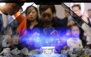 Το μουσείο του μέλλοντος. Επισκέπτες καταγράφουν με τα κινητά τους ολόγραμμα ενός πορσελάνινου φλιτζανιού στην παγκόσμια διάσκεψη για την Εικονική Πραγματικότητα στην Nachang  της Κίνας. Αν λοιπόν μπορεί κανείς να δει μέσω των ολογραμμάτων ό,τι θα ήθελε ένα μουσείο να παρουσιάσει, χωρίς τον κόπο του δανεισμού και της επικινδυνότητας της μεταφοράς σπάνιων αντικειμένων, αυτόματα τα μουσεία θα γινόταν ακόμη πιο ενδιαφέροντα και σίγουρα πιο πλούσια σε εκθέματα.  REUTERS/Stringer