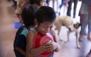 Ακραία φτώχεια σε μια πλούσια χώρα. Στην επαρχία Salta μια από τις πιο φτωχές της Αργεντινής τα παιδιά περιμένουν στην σειρά για το συσσίτιο κρατώντας το πιάτο τους σφιχτά. Η ακραία φτώχεια είναι ορατή και οι εικόνες της πονάνε. Πολλές οικογένειες τρώνε μια φορά την ημέρα, απολυμένοι ψάχνουν για πάνω από ένα χρόνο δουλειά και επιχειρήσεις κατεβάζουν ρολά αφήνοντας εργαζόμενους απλήρωτους. Και μέσα σε όλα αυτά την Κυριακή γίνονται οι προεδρικές εκλογές στην χώρα. (AP Photo/Javier Corbalan)