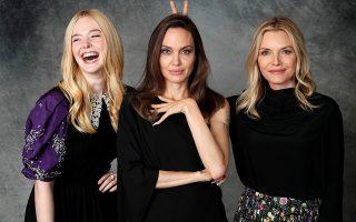 Τα κέρατα. Ποζάρουν και γελούν οι πρωταγωνίστριες της ταινίας «Maleficent: Mistress of Evil». Σε αυτή, η Angelina Τζολί έχει δυο τεράστια μαύρα κέρατα το κεφάλι της που για την περίσταση με πολύ χιούμορ τα προσέθεσε η Michelle Pfeiffer  ενώ η Elle Fanning (αριστερά) ξεκαρδίζεται στα γέλια. Η φωτογράφηση έγινε στην Καλιφόρνια.  REUTERS/Mario Anzuoni