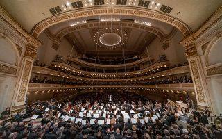 Η Φιλαρμονική Αθηνών και η New York Choral Society υπό τον μαέστρο Γιάννη Χατζηλοΐζου ερμηνεύει τη 2η Συμφωνία του Γκούσταβ Μάλερ, παρουσία του Αρχιεπισκόπου Αμερικής Ελπιδοφόρου.