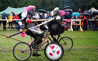 Μεσαιωνικές τρέλες. Αλογα μπορεί να μην διαθέτουν, έχουν όμως ποδήλατα και μάλιστα πάνε γρήγορα με αυτά. Βάζουν και γάντια του μποξ στις άκρες από τα ακόντιά τους και διοργανώνουν