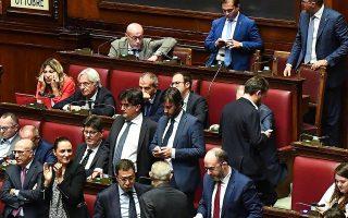 Χειροκροτήματα στο Κοινοβούλιο της Ρώμης, μετά την ψήφιση του νόμου για μείωση των εδρών.