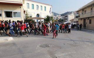 @samiakonvima Mετανάστες διαδήλωσαν στην πόλη της Σάμου ζητώντας τον απεγκλωβισμό τους