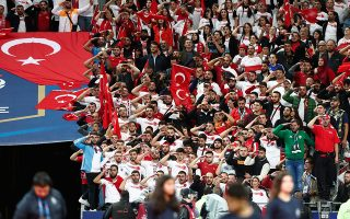 Την κίνηση των παικτών της Τουρκίας μιμήθηκαν, χθες, και οι πολυάριθμοι οπαδοί της, στον αγώνα κόντρα στη Γαλλία στο Παρίσι.
