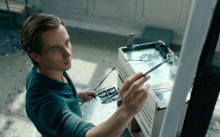 O Τομ Σίλινγκ υποδύεται τον Γερμανό ζωγράφο Γκέρχαρντ Ρίχτερ στην ταινία του Φλόριαν Χένκελ φον Ντόνερσμαρκ «Μη χαμηλώνεις το βλέμμα». Μια ζωή τραγική και την ίδια στιγμή συναρπαστική.