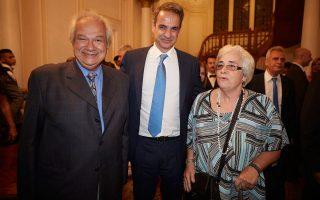 Ο πρωθυπουργός Κυριάκος Μητσοτάκης, συνομιλεί με παρευρισκόμενους κατά τη διάρκεια της επίσκεψής του στην κατοικία του Έλληνα Πρέσβη, όπου είχε συνάντηση και με με μέλη της Ελληνικής Κοινότητας Καΐρου, την Τρίτη, στο Κάιρο. ΑΠΕ-ΜΠΕ/ΓΡΑΦΕΙΟ ΤΥΠΟΥ ΠΡΩΘΥΠΟΥΡΓΟΥ/ΔΗΜΗΤΡΗΣ ΠΑΠΑΜΗΤΣΟΣ
