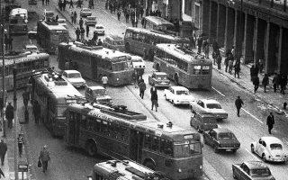 Ακινητοποιημένα τρόλεϊ έξω από το Μέγαρο του ΟΤΕ στην Πατησίων στις 17 Νοεμβρίου 1973.