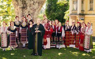 Η τραγουδίστρια Λίζα Γκέραρντ συναντά τη χορωδία «The Mystery Of the Bulgarian Voices» στο κλειστό ολυμπιακό στάδιο Γαλατσίου.
