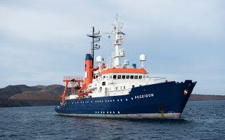 Το πλήρωμα του ωκεανογραφικού σκάφους «RV Poseidon», στο πλαίσιο του ερευνητικού προγράμματος THESEUS, μελετά τη γένεση τσουνάμι από υποθαλάσσιες ηφαιστειακές εκρήξεις.