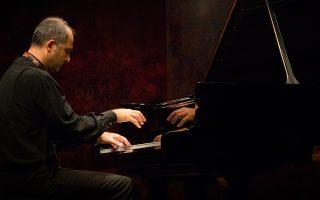 enas-epimonos-pianistas-stin-kakofonia-tis-polis0