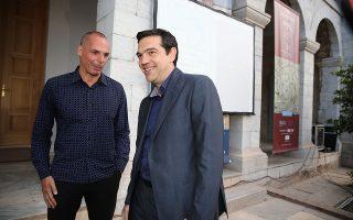Στην ταινία του Κώστα Γαβρά, που βασίστηκε στο βιβλίο του Γιάνη Βαρουφάκη, ο Αλέξης Τσίπρας παρουσιάζεται ως ηγέτης που λιποψύχησε και δεν τόλμησε να δώσει τη χαριστική βολή σε μια Ευρώπη που υποτίθεται πως είχε κλονιστεί από το «Οχι» του ελληνικού λαού.