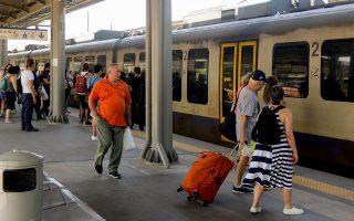 O προαστιακός έχει υπάλληλο που εκδίδει εισιτήρια σε όλους τους σταθμούς του, σε αντίθεση με τον ΟΑΣΑ, ο οποίος έχει αυτόματα μηχανήματα. Η πλειονότητα των επιβατών προτιμά την πρώτη επιλογή.