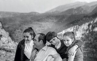 Ένας ευτυχισμένος πατέρας με φόντο τα αγαπημένα του κρητικά βουνά. Ο Κωνσταντίνος Μητσοτάκης (1918-2017) με τις κόρες του Ντόρα, Αλεξάνδρα και Κατερίνα. © Ίδρυμα Κωνσταντίνου Μητσοτάκη