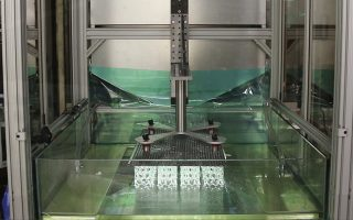 Ο εκτυπωτής έχει ύψος περίπου τέσσερα μέτρα και τυπώνει ένα αντικείμενο μήκους μισού μέτρου σε περίπου μία ώρα