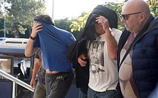 Τέσσερις επιχειρηματίες, ιδιοκτήτες ρυμουλκών, συνελήφθησαν από την Υπηρεσία Εσωτερικών Υποθέσεων κατηγορούμενοι για εκβίαση και δωροδοκία (φωτ. από την προσαγωγή τους στην Εισαγγελία Θεσσαλονίκης).