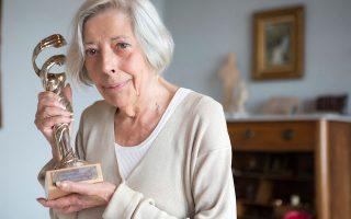 Η Ανθια Σίλμπερτ στο σπίτι της στη Σκιάθο, όπου ζει τα τελευταία περίπου 20 χρόνια, κρατώνταας το βραβείο για το σύνολο της προσφοράς της. SAKIS LALAS