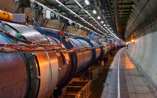 Ο τεράστιος κυκλικός επιταχυντής LHC, με μήκος 27 χιλιομέτρων, αποτελείται από χιλιάδες χιλιόμετρα καλωδιώσεων, χιλιάδες ηλεκτρομαγνήτες και ερευνητικές συσκευές με δεκάδες δισεκατομμύρια τρανζίστορ.