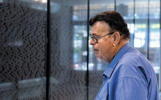 Ο Τζάκι αναζητά τα ονόματα των συγγενών του στη μαύρη λίστα των θυμάτων του Ολοκαυτώματος. Φωτογραφίες: Αλέξανδρος Αβραμίδης