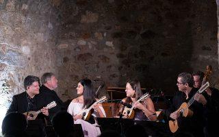 Οι έξι δεξιοτέχνες μουσικοί, εξοικειωμένοι με την αισθητική του μπαρόκ, απέδωσαν τα έργα με όργανα εποχής.