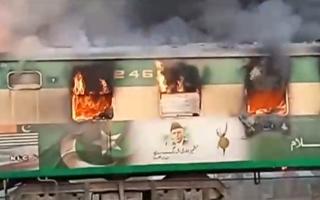 pakistan-toylachiston-71-nekroi-apo-pyrkagia-se-treno-fotografies0