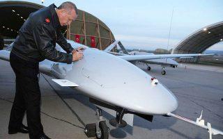 Ο Ρετζέπ Ταγίπ Ερντογάν και ο Σελτζούκ Μπαϊρακτάρ κατόρθωσαν να δημιουργήσουν μια εγχώρια βιομηχανία παραγωγής UAV και drones, που πλέον ακμάζει, καθώς τα προϊόντα της δεν είναι απλώς αποτελεσματικά, αλλά και εξαγώγιμα (φωτ. αρχείου).