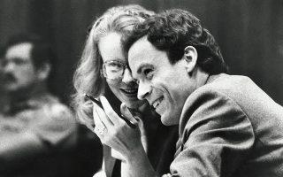 O Τεντ Μπάντι, από τους θρυλικότερους serial killers της δεκαετίας του '70, κατά τη διάρκεια της δίκης του. Η περίπτωσή του απασχόλησε ξανά κοινό και μίντια τριάντα χρόνια μετά την εκτέλεσή του, όταν προβλήθηκε στο Netflix το ντοκιμαντέρ «The Ted Bundy Tapes» με τις αληθινές συνομιλίες του με το FBI. © AP PHOTO