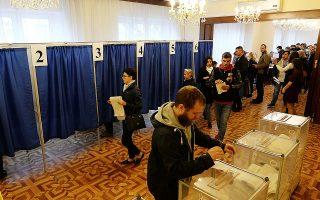 Ουκρανοί πολίτες που ζουν στην Πολωνία ψηφίζουν για τις προεδρικές εκλογές της πατρίδας τους στην πρεσβεία της Βαρσοβίας. Σύμφωνα με έρευνα σε 144 χώρες, οι 115 από αυτές επιτρέπουν στους πολίτες που είναι μόνιμοι κάτοικοι εξωτερικού να συμμετέχουν στις εκλογές.