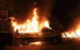 Διαδηλωτές έχουν βάλει φωτιά σε βαν στο κέντρο του Σαντιάγκο, κατά τη διάρκεια επεισοδίων το βράδυ της Κυριακής. ASSOCIATED PRESS/ESTEBAN FELIX