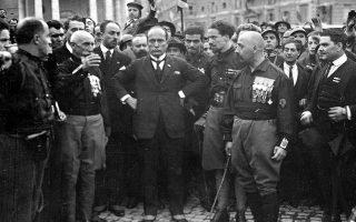 Μία ημέρα μετά την ολοκλήρωση της «Μεγάλης Πορείας προς τη Ρώμη», στιγμής γέννησης του ιταλικού φασιστικού καθεστώτος, ο βασιλιάς Βίκτωρ Εμμανουήλ Γ' ορκίζει πρωθυπουργό τον Μπενίτο Μουσολίνι, δίνοντας κρατική υπόσταση στην πολιτική ιδεολογία του φασισμού, το 1922. A.P.