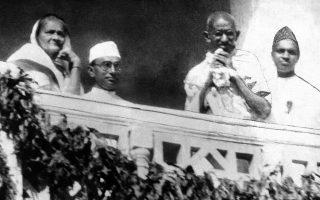 Ο Ινδός ηγέτης Μαχάτμα Γκάντι χαιρετάει τα πλήθη που έχουν συρρεύσει για να τον δουν από κοντά, στην πόλη Αχμενταμπάντ της Ινδίας, το 1931. ASSOCIATED PRESS