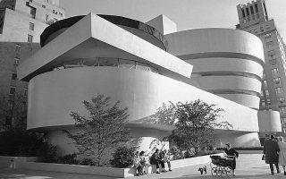 ο νέο κτίριο του Μουσείο Γκούγκενχαϊμ της Νέας Υόρκης, ένα από τα σπουδαιότερα αρχιτεκτονικά επιτεύγματα του 20ου αιώνα, ανοίγει για πρώτη φορά τις πόρτες του στο κοινό, το 1959. ASSOCIATED PRESS/HARRY HARRIS