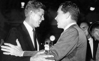 Τζον Φιτζέραλντ Κένεντι και Ρίτσαρντ Νίξον αγκαλιάζονται σε χαλαρό κλίμα μετά τη δεύτερη από τις τέσσερις τηλεμαχίες που έδωσαν ενόψει τον προεδρικών εκλογών, στην Ουάσιγκτον, το 1960. ASSOCIATED PRESS