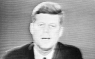 Με τηλεοπτικό του διάγγελμα προς τον αμερικανικό λαό, ο πρόεδρος των Ηνωμένων Πολιτειών, Τζον Φιτζέραλντ Κένεντι, ανακοινώνει την απόφαση του οι ΗΠΑ να προχωρήσουν σε ναυτικό αποκλεισμό της Κούβας, με το πολεμικό ναυτικό να είναι έτοιμο να προχωρήσει σε κατάσχεση όπλων, που σοβιετικά σκάφη μετέφεραν στην Κούβα, το 1962. ASSOCIATED PRESS