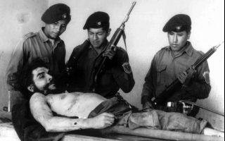 Ο στρατός της Βολιβίας παρουσιάζει στον Τύπο το νεκρό σώμα του θρυλικού Αργεντινού επαναστάτη Ερνέστο Τσε Γκεβάρα, στο Βαλεγκράντε της Βολιβίας, το 1967. KEYSTONE/POLIZEIMUSEUM LA PAZ