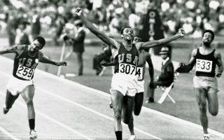 Ο Αφροαμερικανός αθλητής του στίβου Τόμι Σμιθ τερματίζει πανηγυρικά πρώτος στον αγώνα των 200 μέτρων, στους Ολυμπιακούς Αγώνες του Μεξικού, το 1968. Λίγο αργότερα, μαζί με τον νικητή του αργυρού μεταλλίου, τον επίσης Αφροαμερικανό Τζον Κάρλος, θα προβούν σε μία από τις πιο εμβληματικές πολιτικές κινήσεις στην ιστορία της αθλητικής διοργάνωσης, υψώνοντας τις γροθιές τους κατά τη διάρκεια της απονομής των μεταλλίων, θέλοντας να δώσουν το δικό τους μήνυμα για τις φυλετικές διακρίσεις και τον ρατσισμό στις Ηνωμένες Πολιτείες. ASSOCIATED PRESS
