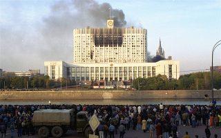 Μαύρος πυκνός καπνός αναδύεται από το βομβαρδισμένο κτίριο του Ανωτάτου Σοβιέτ (ρωσικό κοινοβούλιο), την ημέρα της κορύφωσης της πολιτικής κρίσης μεταξύ του προέδρου Μπόρις Γιέλτσιν και του ρωσικού κοινοβουλευτικού σώματος, η οποία πήρε τη μορφή εμφύλιας σύρραξης, το 1993