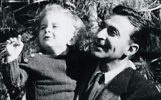 Ο Γιώργος Φυλακτόπουλος κρατάει στην αγκαλιά του τον γιο του Αλέξη, που μόλις έχει κλείσει τον πρώτο χρόνο της ζωής του.