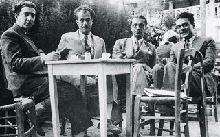 Από αριστερά: Θράσος Καστανάκης, Στράτης Μυριβήλης, Αγγελος Τερζάκης, Ηλίας Βενέζης. Η πρώτη μορφή του βιβλίου του Βενέζη «Το νούμερο 31328» δημοσιεύθηκε σε συνέχειες στην εφημερίδα «Καμπάνα» το 1924.