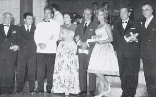 Στιγμιότυπο από τη βράβευση της πρώτης διοργάνωσης το 1960: Από αριστερά, Ζωρζ Σαρρή, Αλέκος Σακελλάριος, Τάκης Κανελλόπουλος, Νίκος Κούνδουρος, Κατίνα Παξινού, Στρατής Μυριβήλης, Αλίκη Βουγιουκλάκη, Παντελής Ζερβός, Γιώργος Ρούσσος, Αριστείδης Καρύδης - Φουκς, Μάνος Χατζιδάκις.