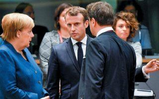 Ο Γάλλος πρόεδρος Εμανουέλ Μακρόν συνομιλεί με τη Γερμανίδα καγκελάριο Αγκελα Μέρκελ και τον πρωθυπουργό του Λουξεμβούργου Ζαβιέ Μπετέλ στην τελευταία Σύνοδο Κορυφής. REUTERS/TOBY MELVILLE
