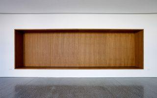 Άποψη της αίθουσας αναμονής, με την εσοχή στον τοίχο να λειτουργεί ως ενιαίο καθιστικό. Φωτογραφίες: Γιώργης Γερόλυμπος