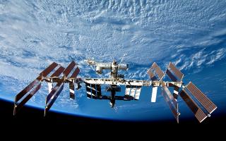 astronaytes-tis-nasa-perpatisan-exo-apo-ton-diethni-diastimiko-stathmo-gia-na-allaxoyn-mpataries-se-iliaka-panel0